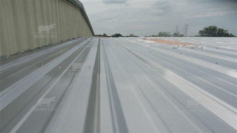 Бесшовное нанесение полимочевины на крышу из сэндвич панелей