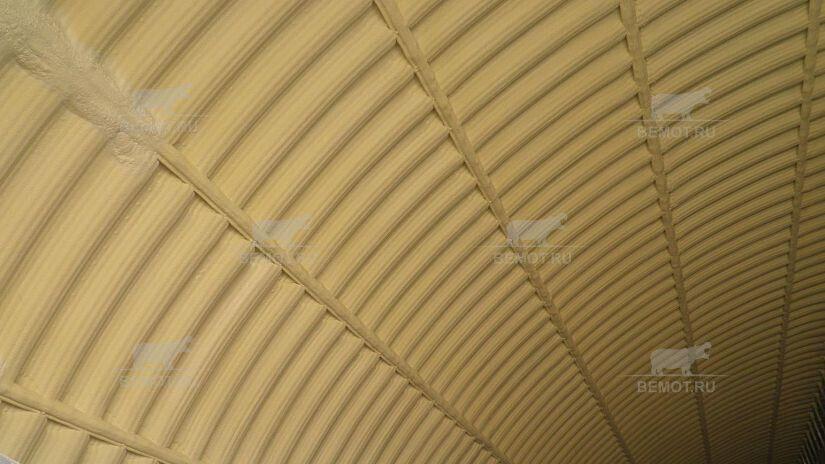 напыляемая теплоизоляция арочного ангара