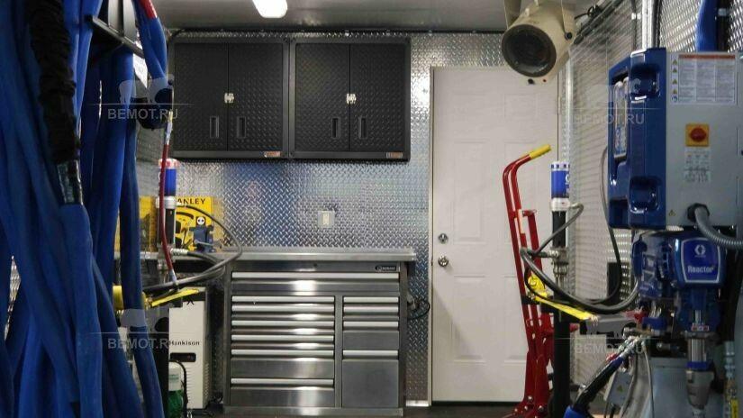 Мобильный комплекс по напылению с установленным оборудованием внутри