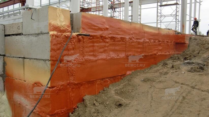 Засыпка грунтом заглубленной части здания после проведения гидроизоляционных работ ПМ