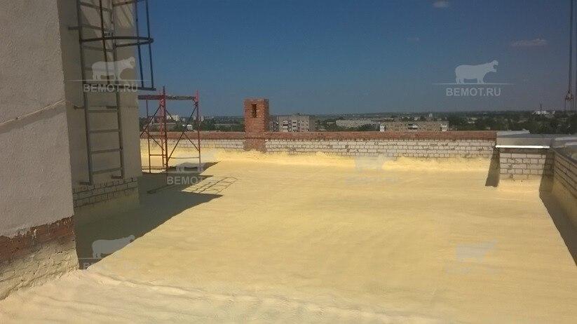 Нанесение теплоизоляционного слоя ППУ на крышу многоэтажного здания