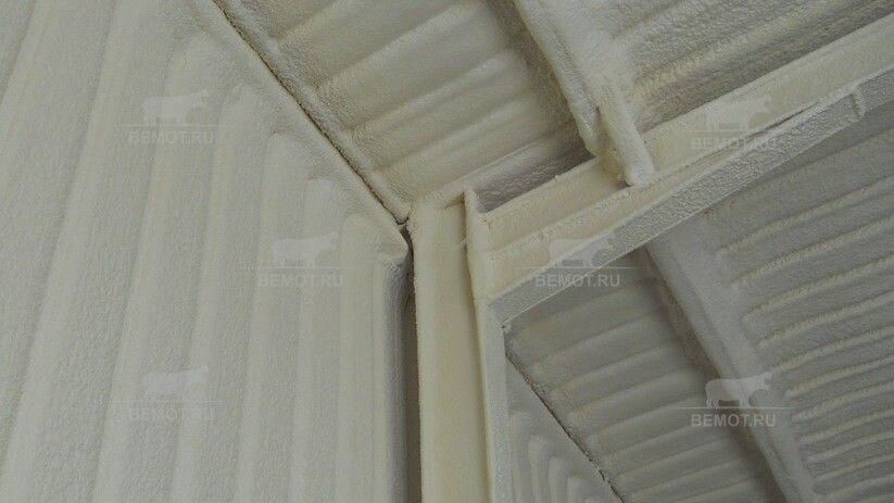 Нанесение пены на перекрытие и тонкий слой — на несущие конструкции помещения